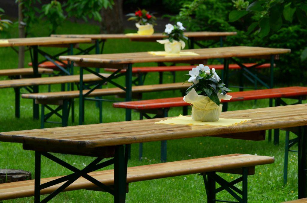 Bierzeltgarnitur mit Blumen